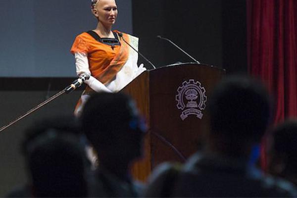 索菲亚出访印度,身穿印度传统服饰沙丽出席座谈会