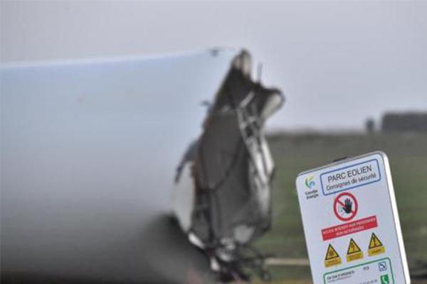 卡门风暴肆虐,法国一座风力发电机不幸被拦腰折断