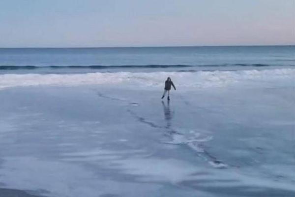 美国沙滩变溜冰场