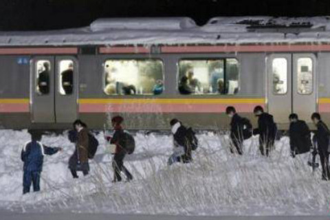 日本多地遭大雪袭击