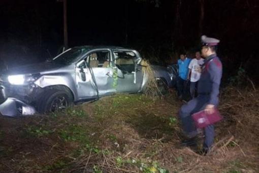 泰国一皮卡车翻车,女司机弃车逃逸造成2死13伤