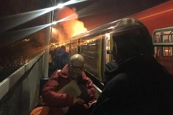 伦敦火车突然起火,初步认定因电力故障导致起火