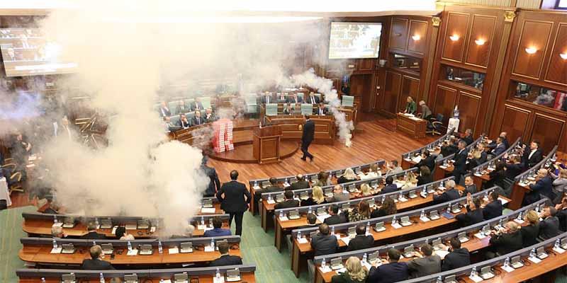 科索沃议会现骚乱,现场遭遇催泪弹阻扰