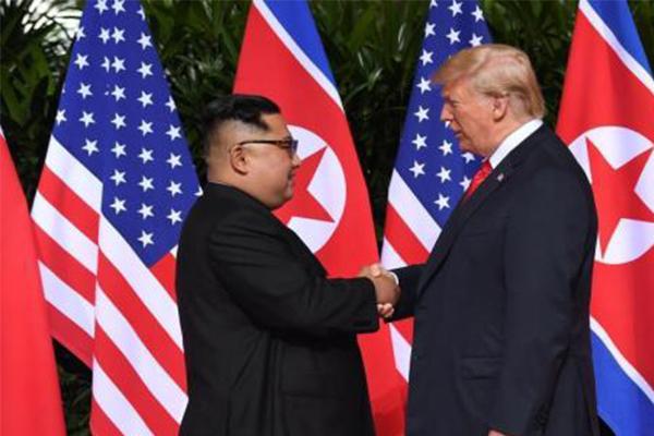 特朗普金正恩会晤,历史性握手首次上演