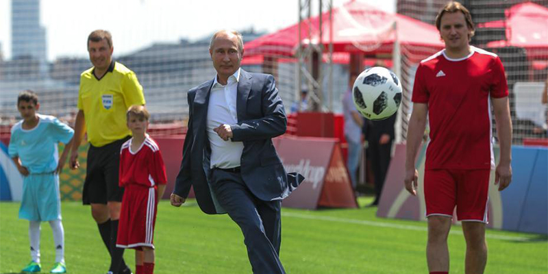 造访世界杯主题公园,普京飞脚大秀球技