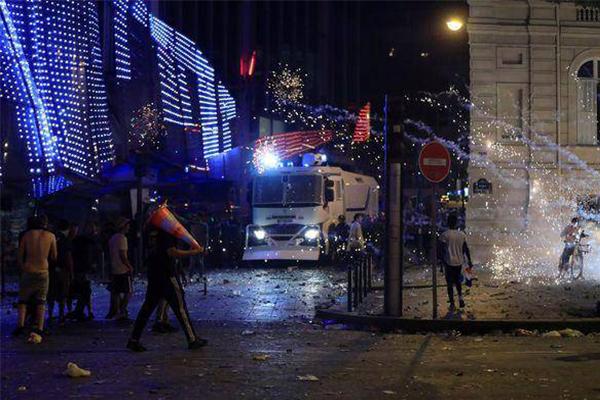 巴黎狂欢发生暴乱,球迷不幸在混乱中丧生