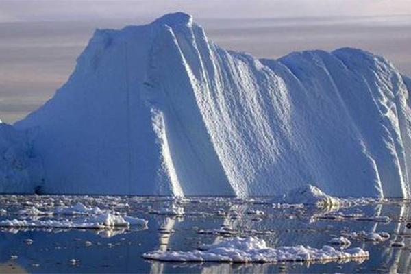 巨型冰山逼近村庄,或将威胁当地居民的生命财产安全