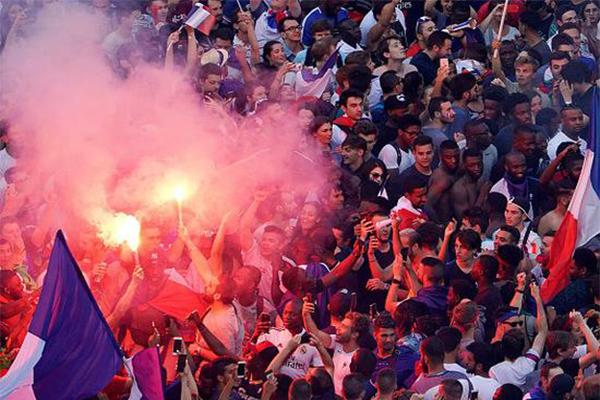 法国夺冠后通宵庆祝,狂欢者砸店抢酒,与警察发生冲突