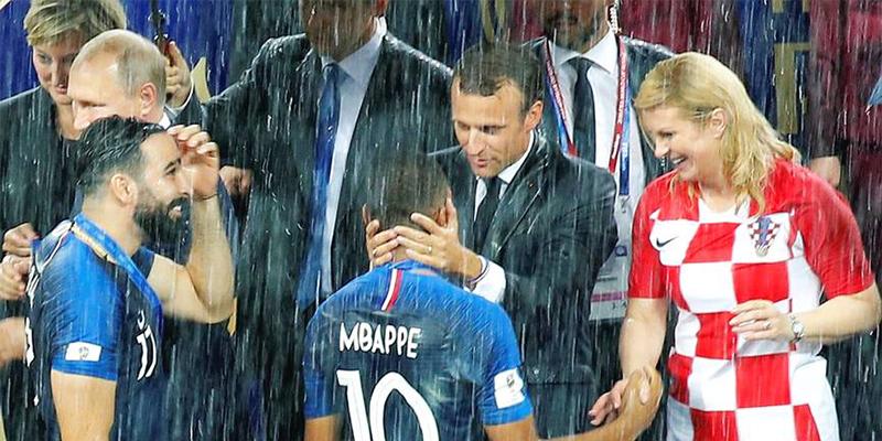 马克龙雨中拥姆巴佩,为法国队夺冠疯狂庆祝