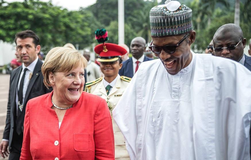 默克尔访问尼日利亚与尼日利亚总统交谈