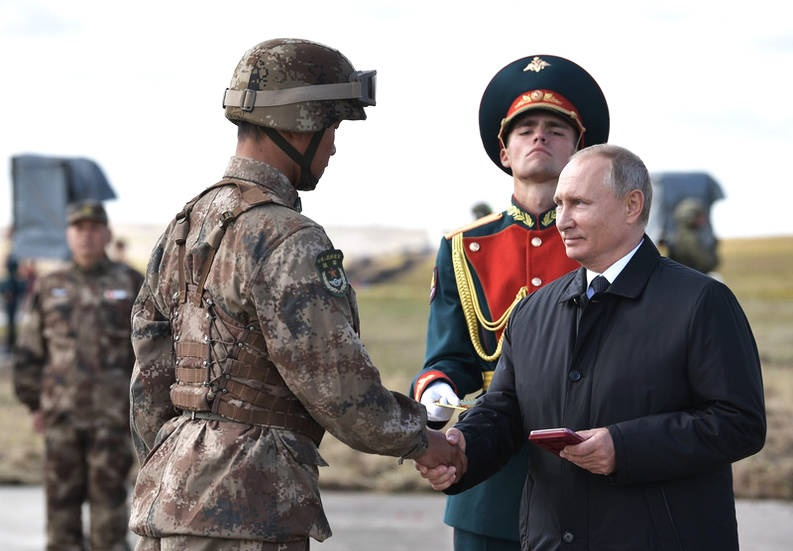 普京为中国士兵颁奖