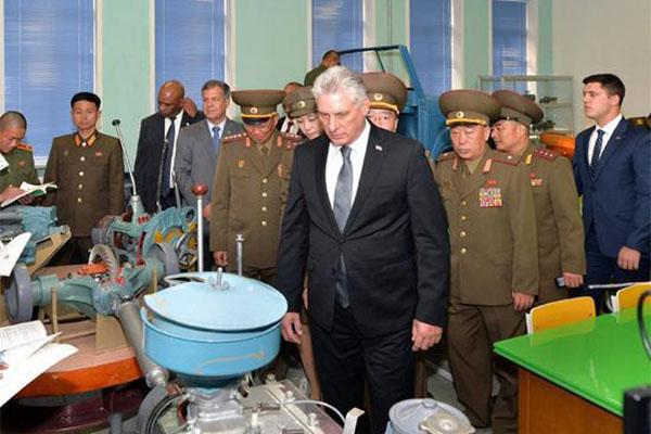 古巴领导人参观军校,随后检阅万景台革命学院仪仗队