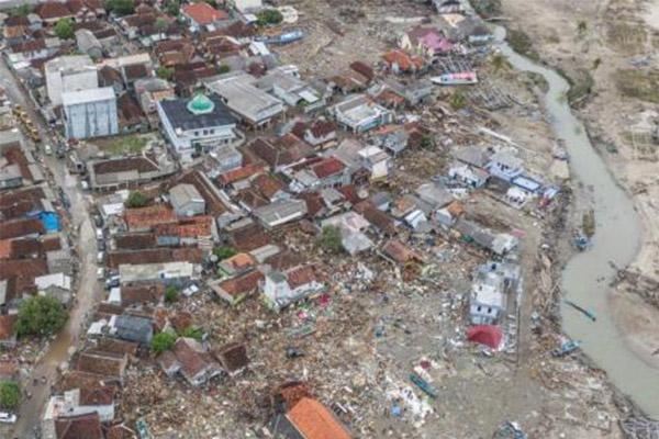 航拍印尼海啸重灾区,印尼海军已派出搜救队伍