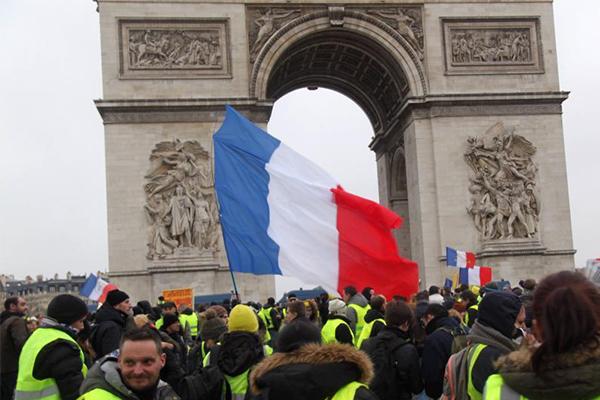 巴黎遭遇第九轮示威,警方出动装甲车现场防御