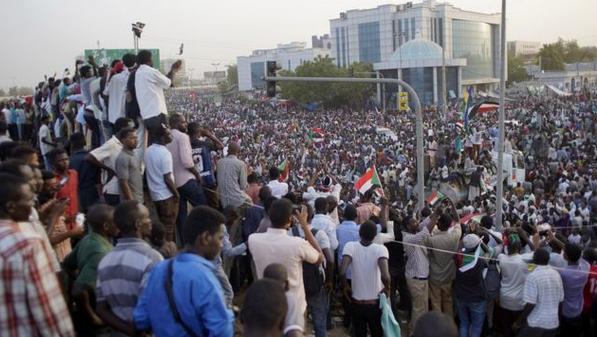 苏丹军事政变夺权,首都爆发持续游行