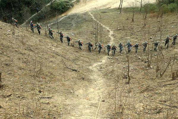 直击中越边境扫雷,扫雷队尽心尽责让民众放宽心