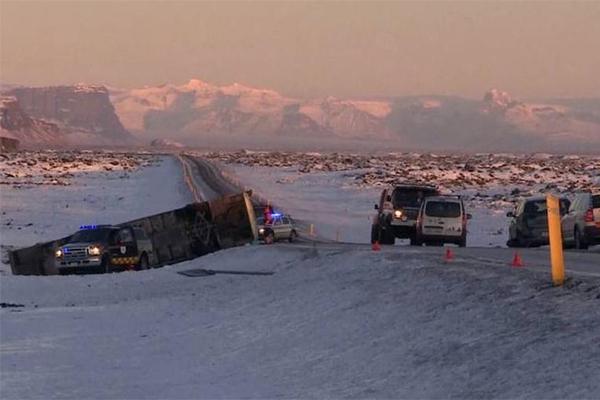 冰岛载中国游客大巴翻侧,1人死亡多人不同程度受伤