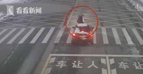 开车擦窗撞飞3人