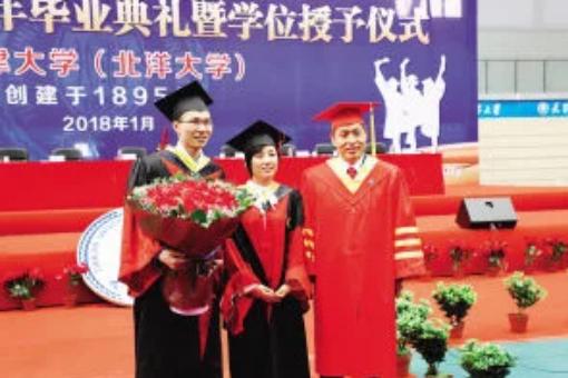 天津大学博士毕业典礼上求婚,获学校校长的鼓励和祝福