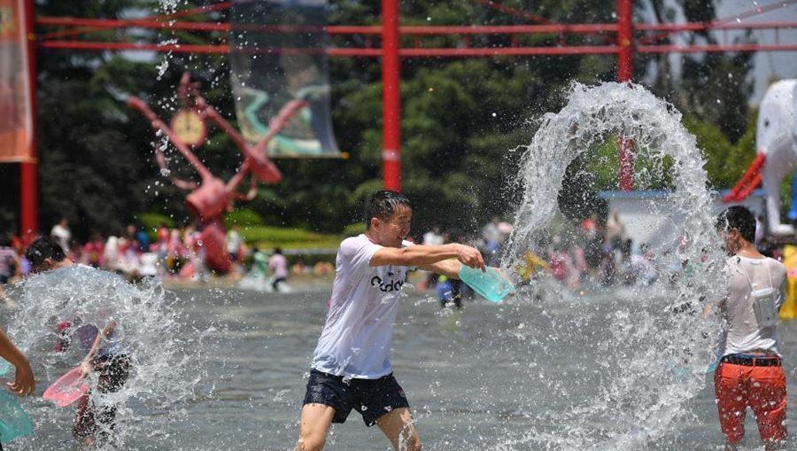 昆明游客欢度泼水节