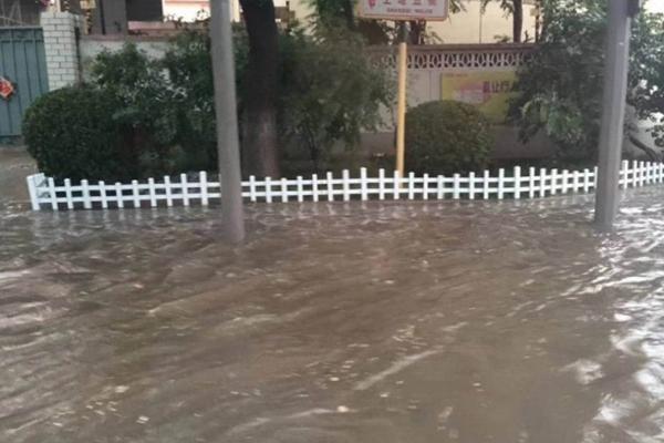 北京暴雨路面积水,部分地区交通几近瘫痪