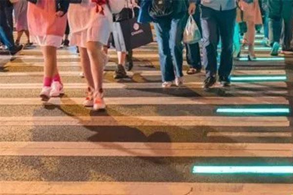 上海使用发光斑马线