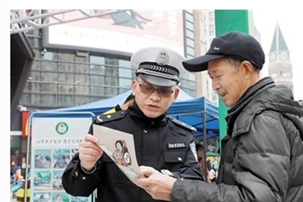 全国交通安全日如期举行,交警们想要提高市民的出行安全意识