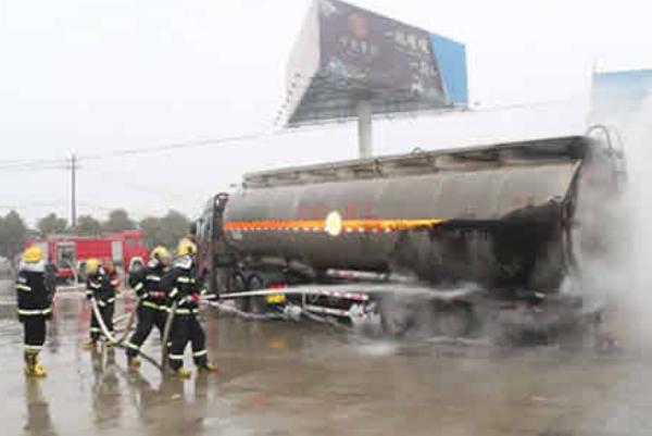 荆州甲醇槽车起火,所幸消防员扑救及时