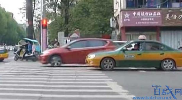 出租司机拉女乘客手