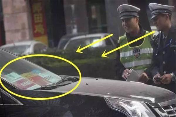 路边一辆凯迪拉克违停车前各种证件交警都笑了