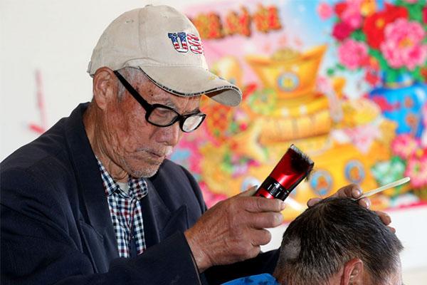 老人上门理发69年,一贯的坚守不变的价格