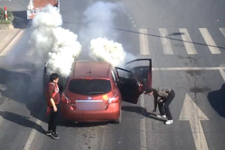 车内万发鞭炮被引燃