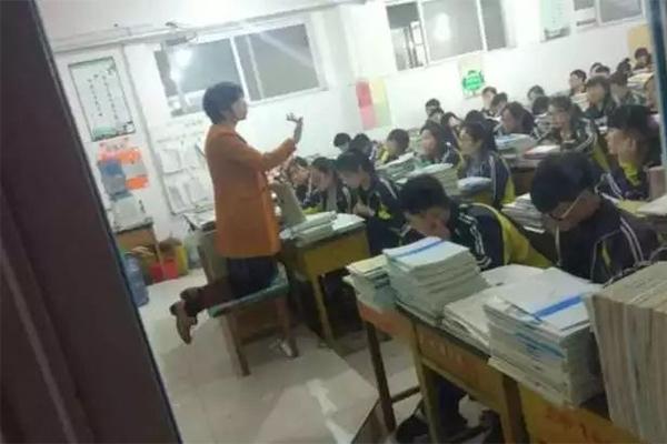 女教师跪着讲课