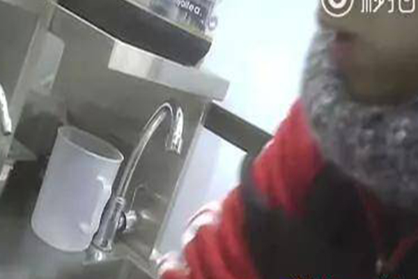 网红饮料比刷锅水脏,店员自己都觉得恶心