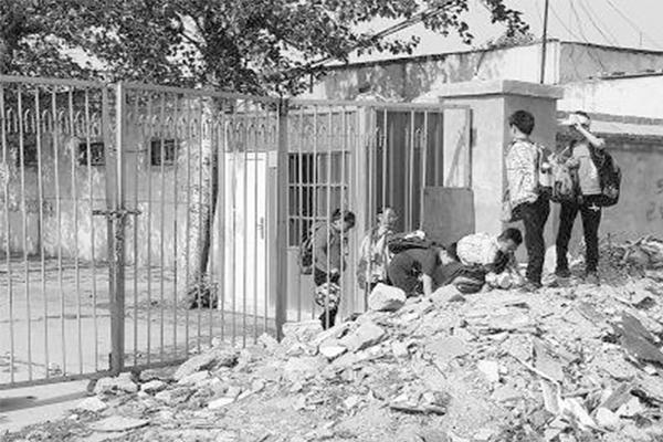 因拆迁学校成孤岛