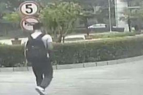 小偷扮警察进校园,保安信以为真陪同检查