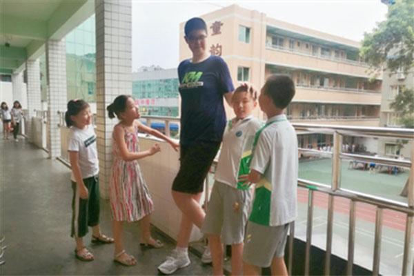 11岁男孩高2.06米,他很特别也很正常