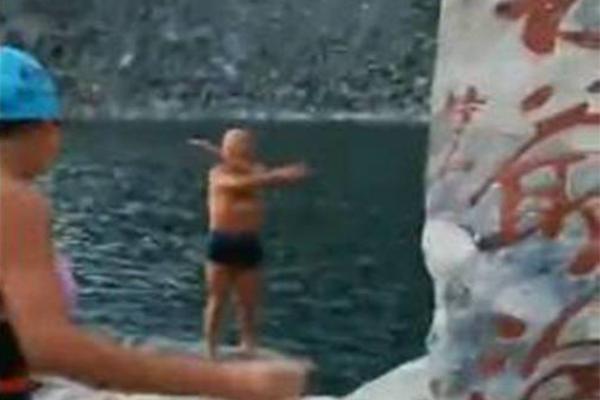 """驴友太白山野泳,呼吁:心存虔诚和敬畏 守护""""圣湖"""""""