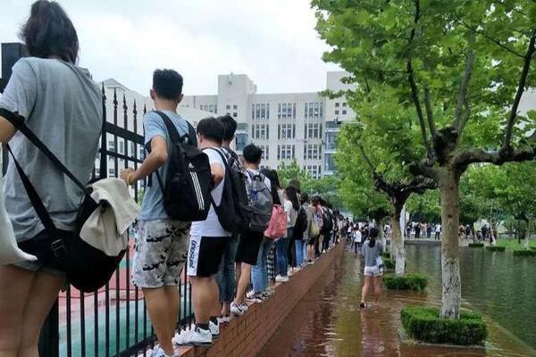 暴雨后高校成海,学生上课成难题