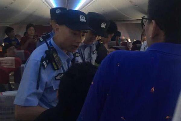 停机坪乘客开应急门,被安保人员控制
