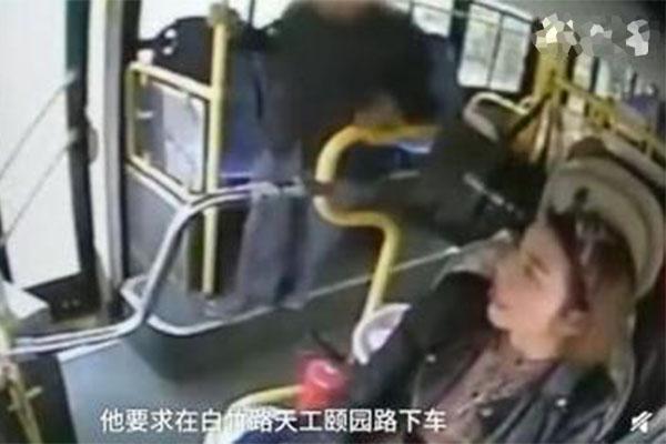 老人抢夺公交方向盘,想要下车却拿车上乘客姓性命开玩笑