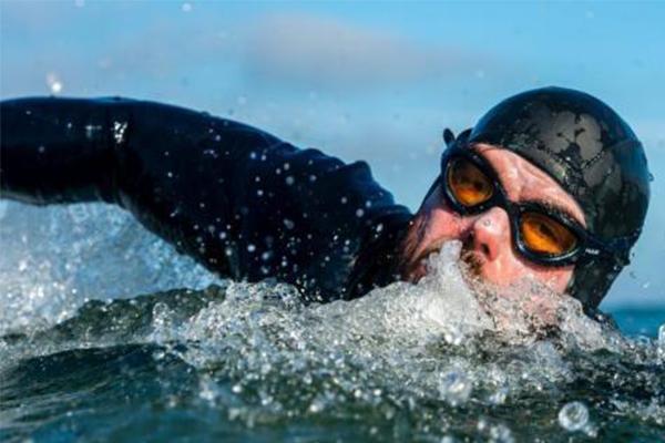 游泳5个月不上岸,英国中年男子完成难以想象的挑战纪录