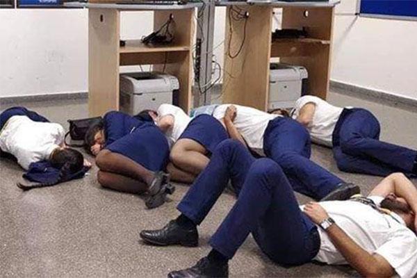 空姐集体睡地板