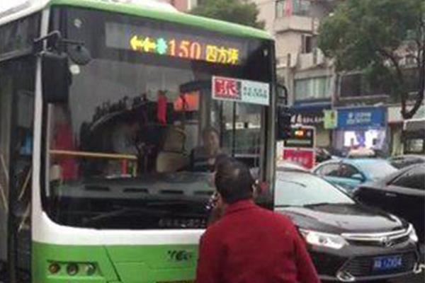 大妈早高峰拦公交车,行为让人无法忍受