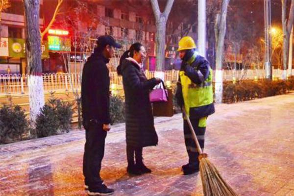 残疾人送环卫工水饺,他们的寒冬也有了一份温暖