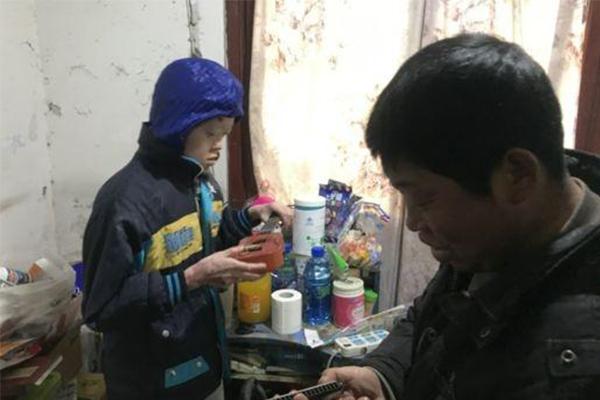 保鲜膜男孩18岁了,他想要学门手艺养活自己
