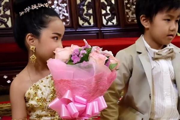 6岁龙凤胎兄妹结婚,年幼的主人公看起来腼腆害羞