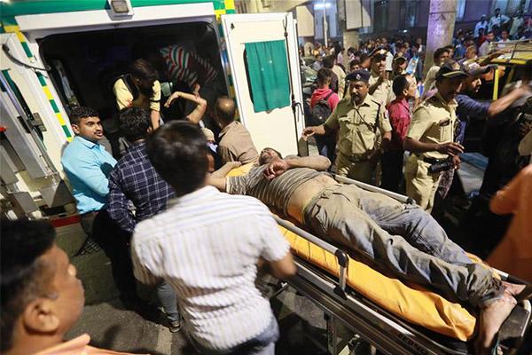 孟买一人行天桥垮塌,多人受伤死亡