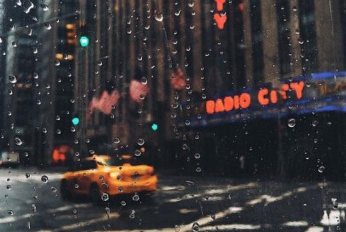 城市雨中的朦胧美画面