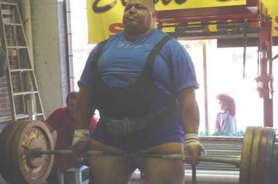 世界上最重的人杰夫·刘易斯能够轻松的举起卡车